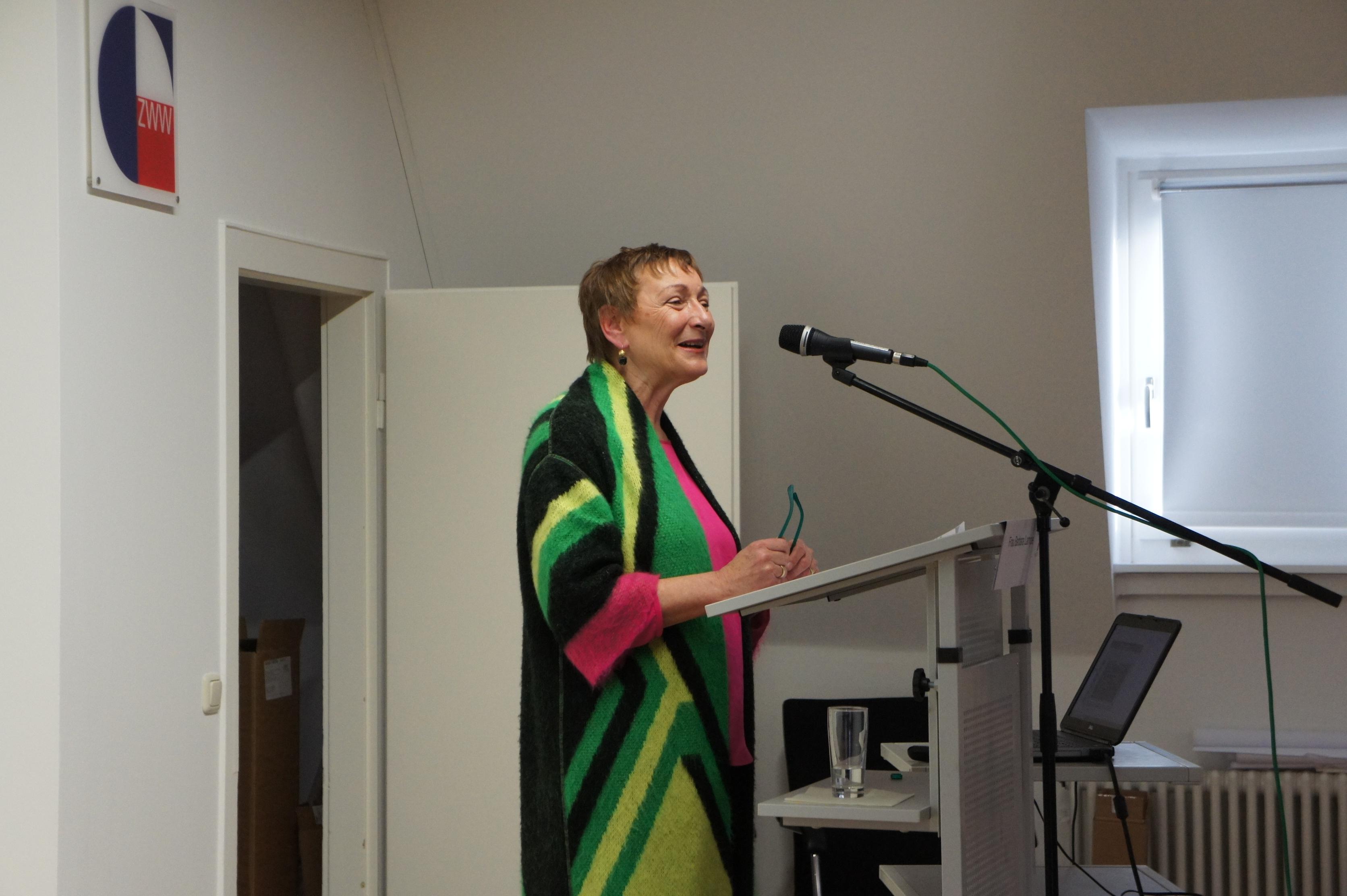 Barbara Lampe, nfb-Vorsitzende und stellvertretende Leiterin des ZWW, begrüßt die zahlreichen Gäste der Tagung.
