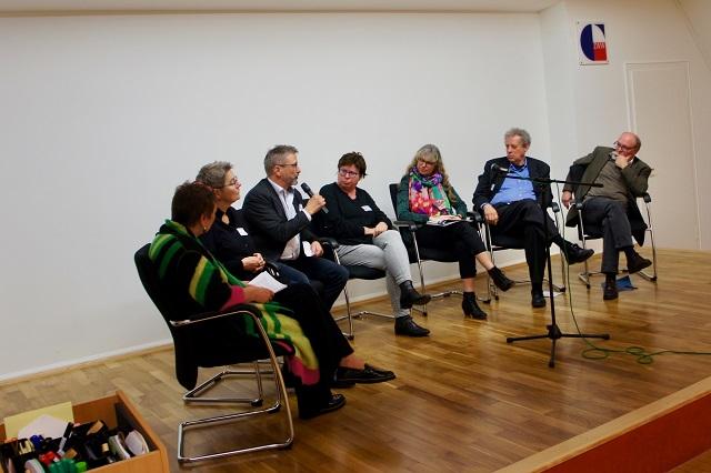 Lebhafte Podiumsdiskussion mit Vertreterinnen und Vertretern der Verbände (v.links): Barbara Lampe (nfb), Beate Lipps ((GIBeT), Rainer Thiel (dvb),  Dr. Annette Mulkau ((DGSv), Angela Keil (BVPPT), Dr. Hans Groffebert (DGfK), Prof. Dr. Frank Nestmann (DGVT).